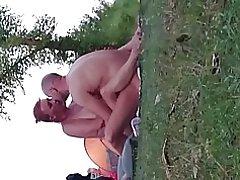 มือสมัครเล่นหน้าสองเซ็กส์บนชายหาดเปลือยกายวาด